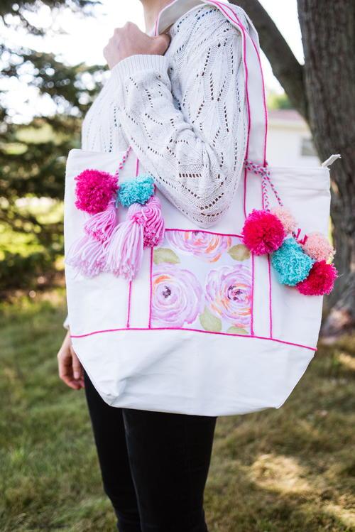 DIY时尚手提包与流苏和pomm pomoms